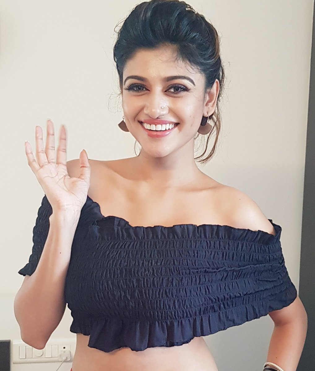 oviya in black dress