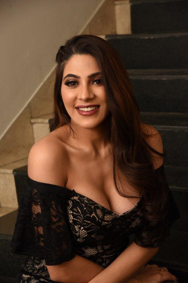 Nikki-Tamboli-(22)