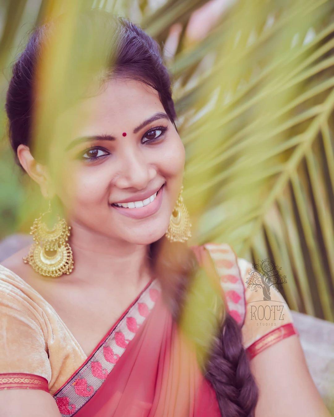 dhivya dhuraisamy homely saree photos (13)