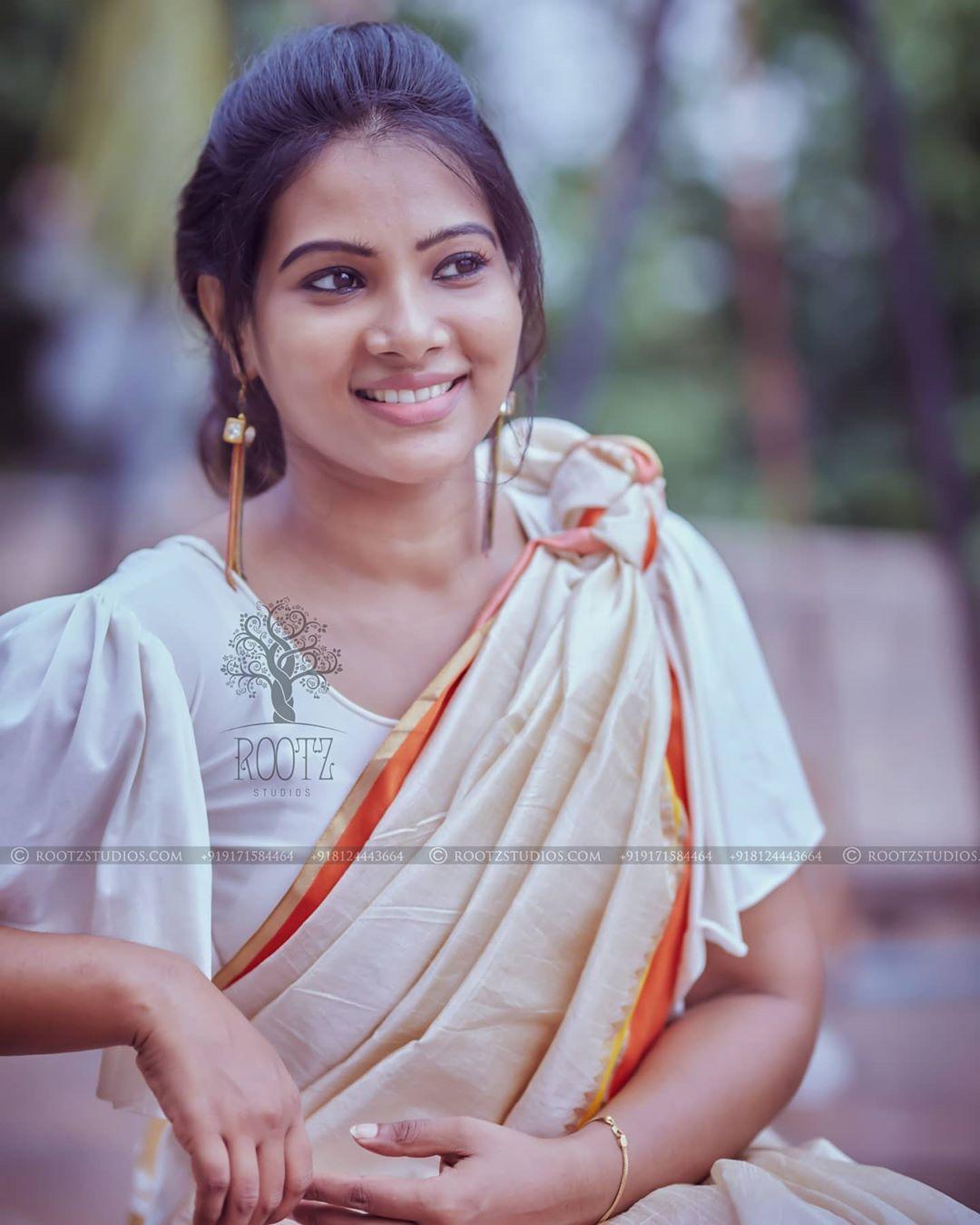 dhivya dhuraisamy homely saree photos (4)