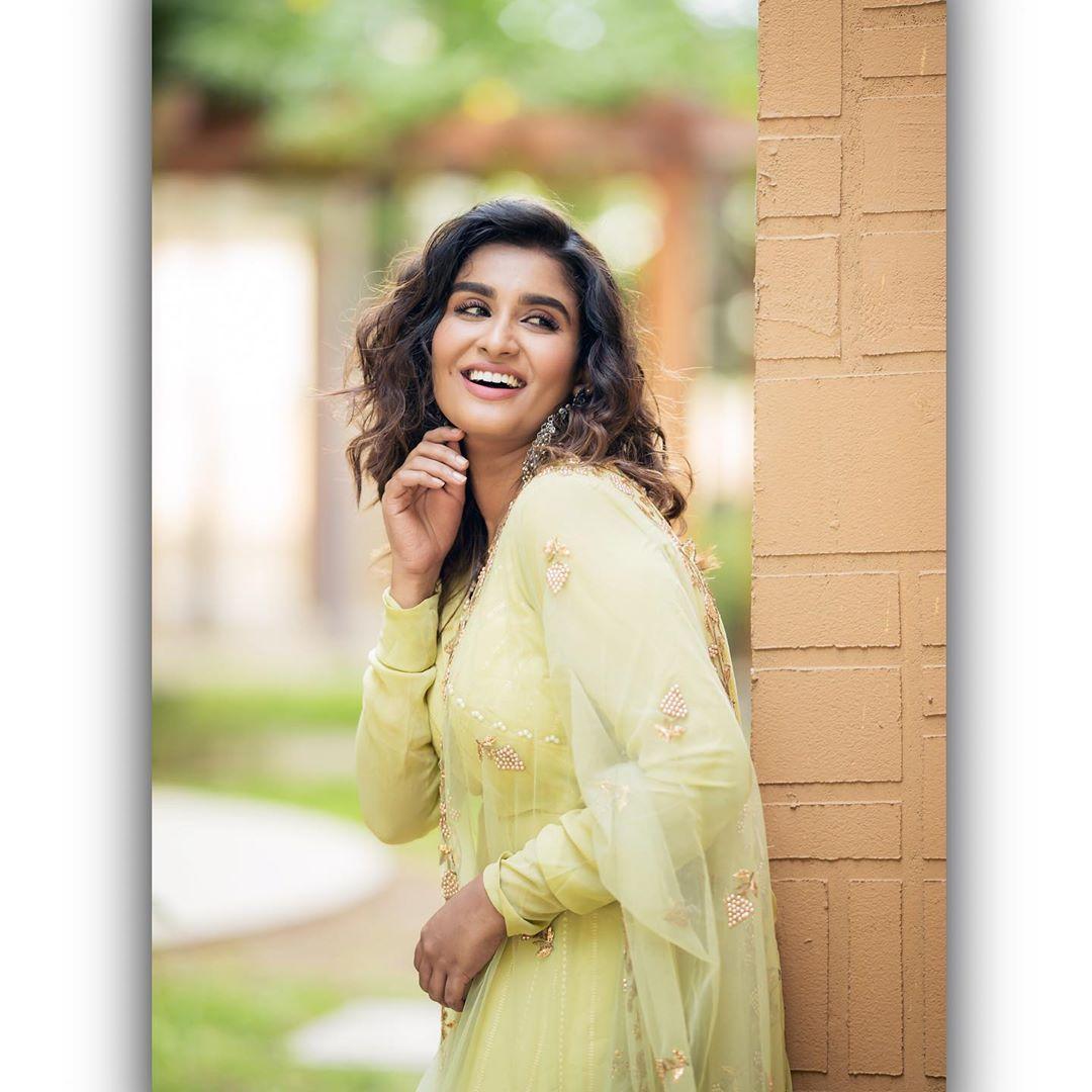 Poove-Poochudava-Reshma-30