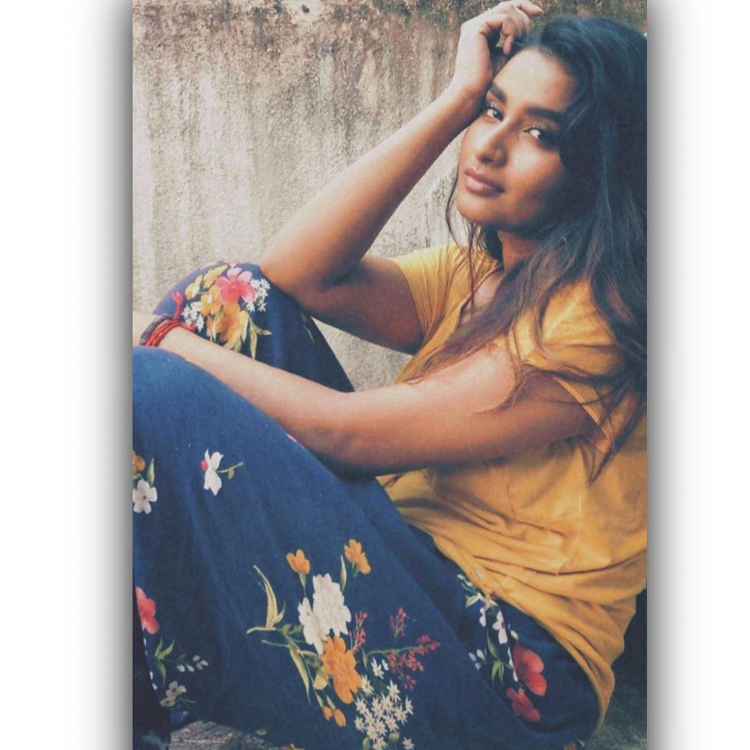 Poove-Poochudava-Reshma-32