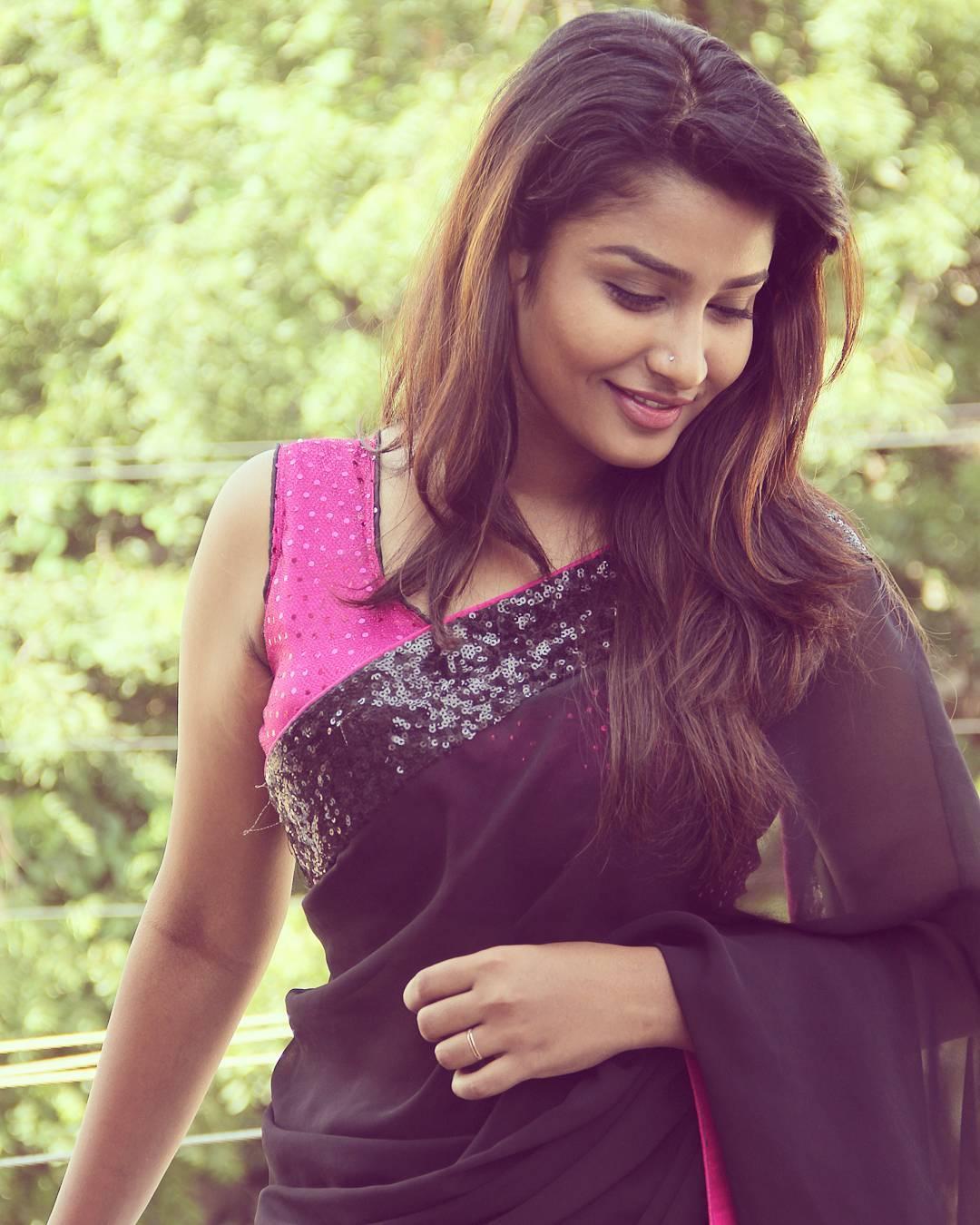 Poove-Poochudava-Reshma-44