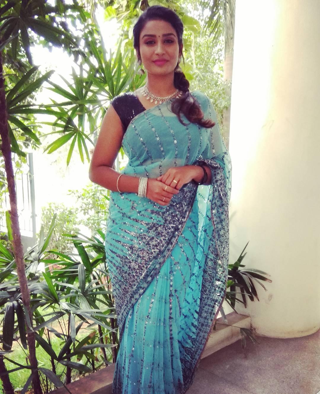 Poove-Poochudava-Reshma-47