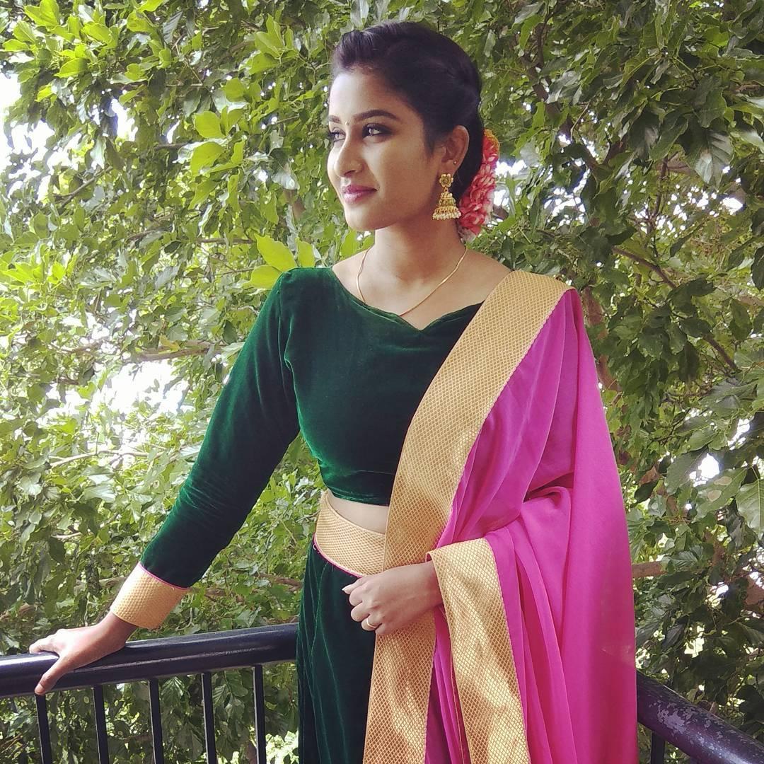 Poove-Poochudava-Reshma-48
