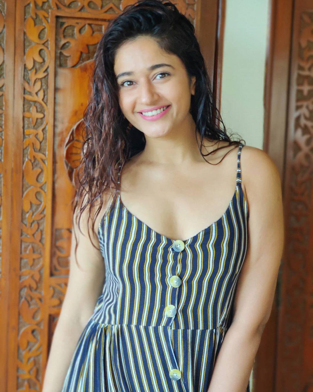 Actress Poonam Bajwa Instagram HD Photos (16)