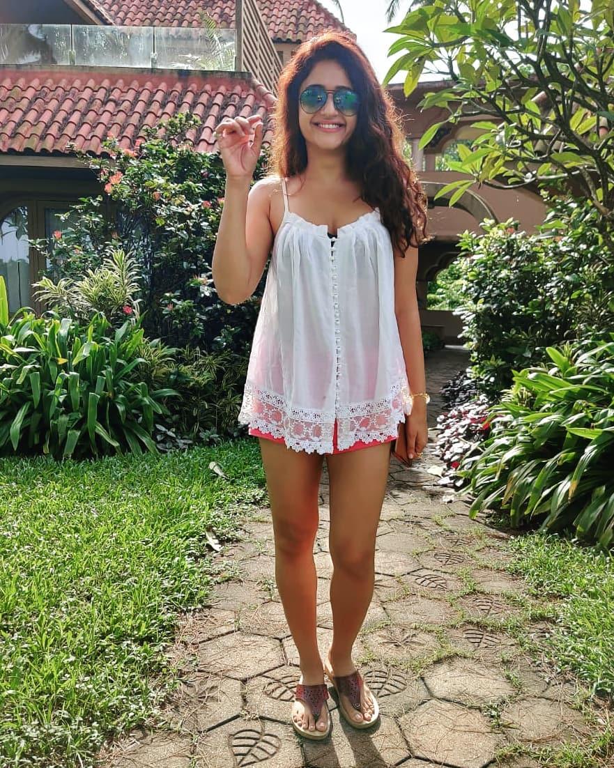 Actress Poonam Bajwa Instagram HD Photos (20)
