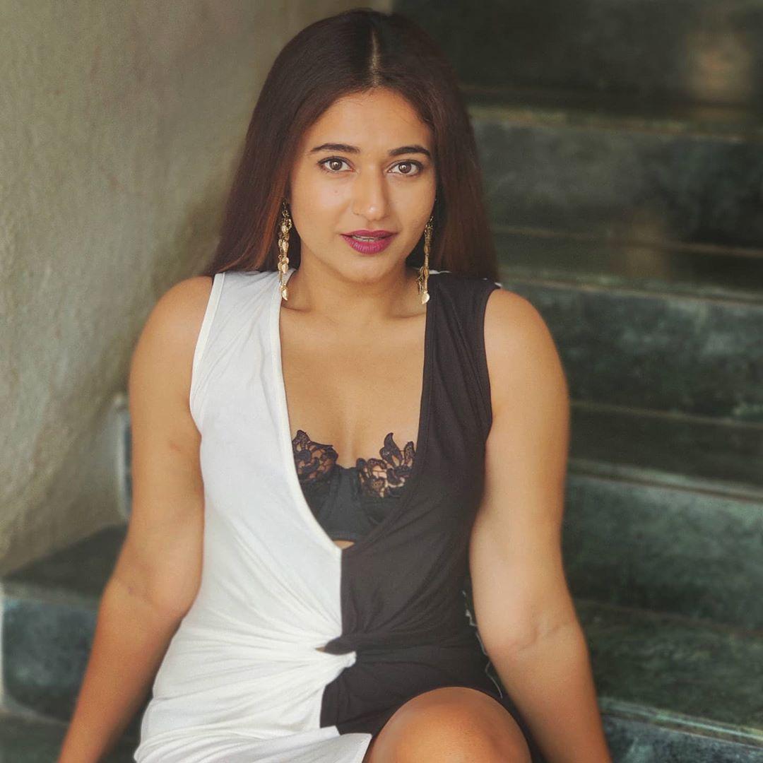 Actress Poonam Bajwa Instagram HD Photos (5)