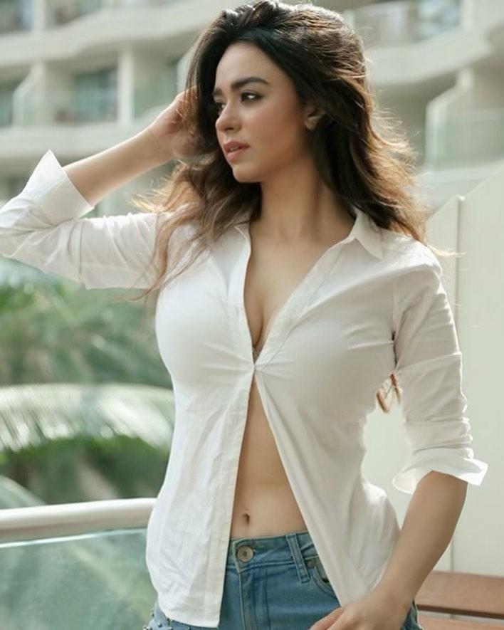Beauty Queen Soundarya Sharma Photos (25)