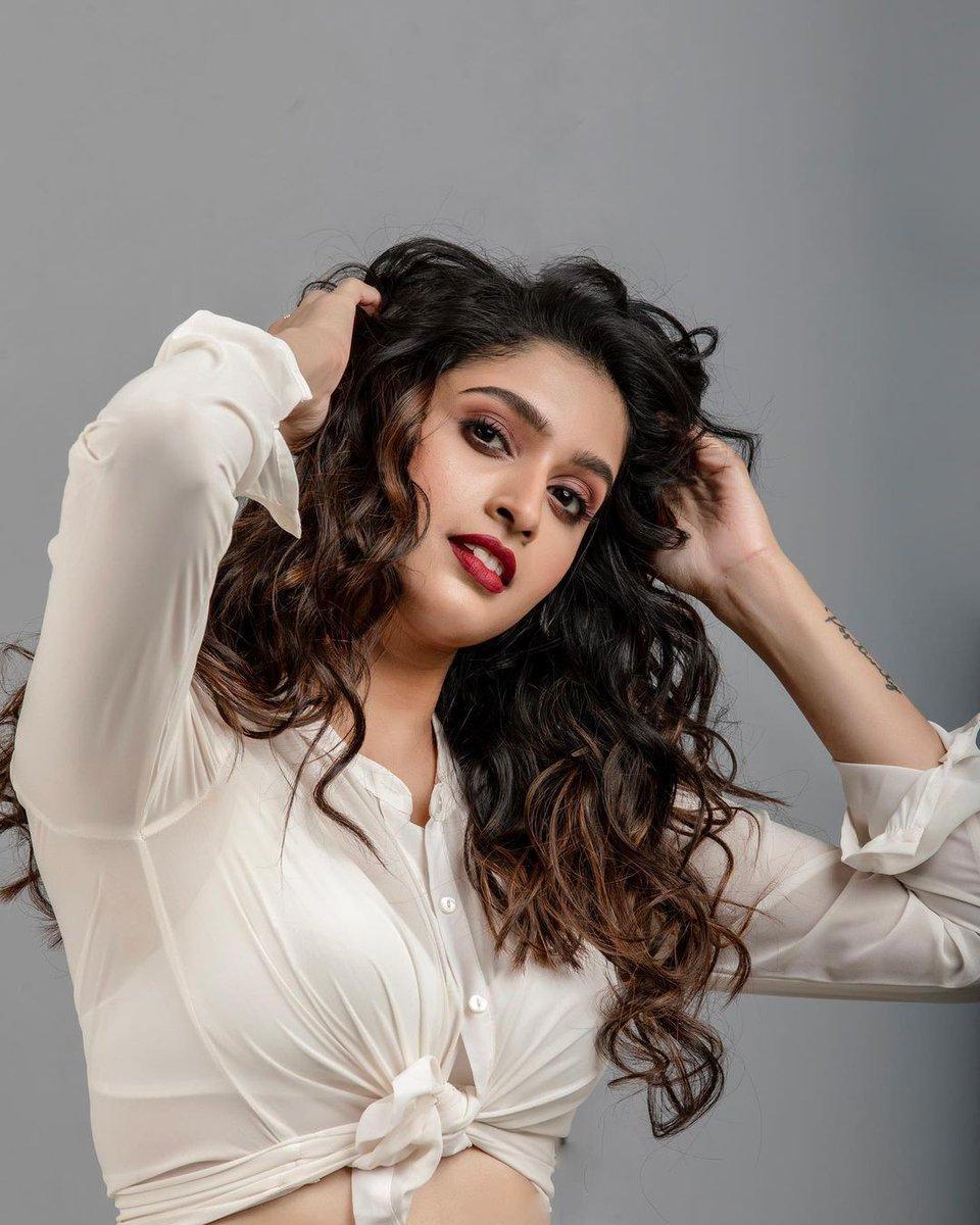 New gorgeous stills of Actress Tanya Ravichandran