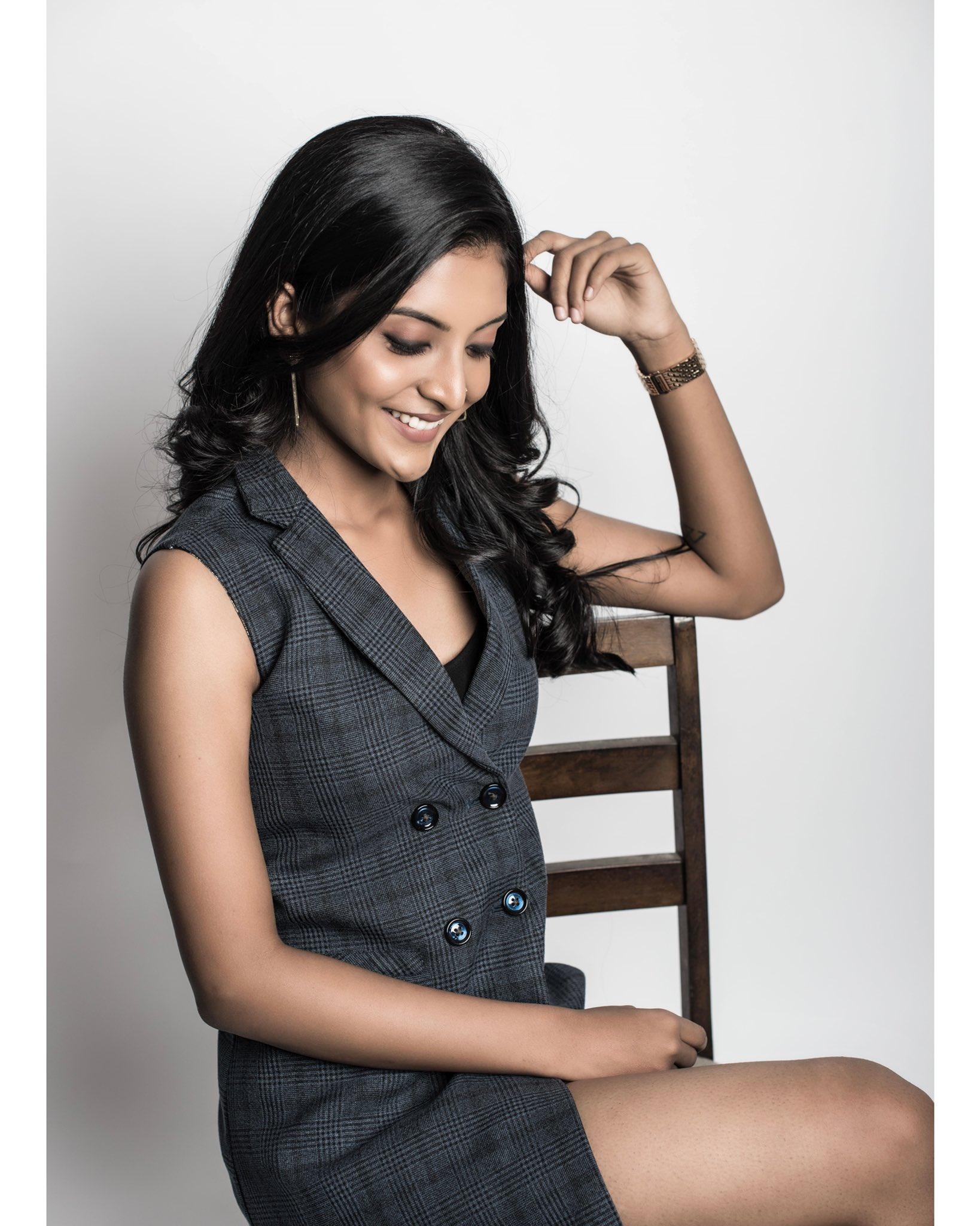 Tamil Actress Nivedhithaa Sathish New Photos (15)