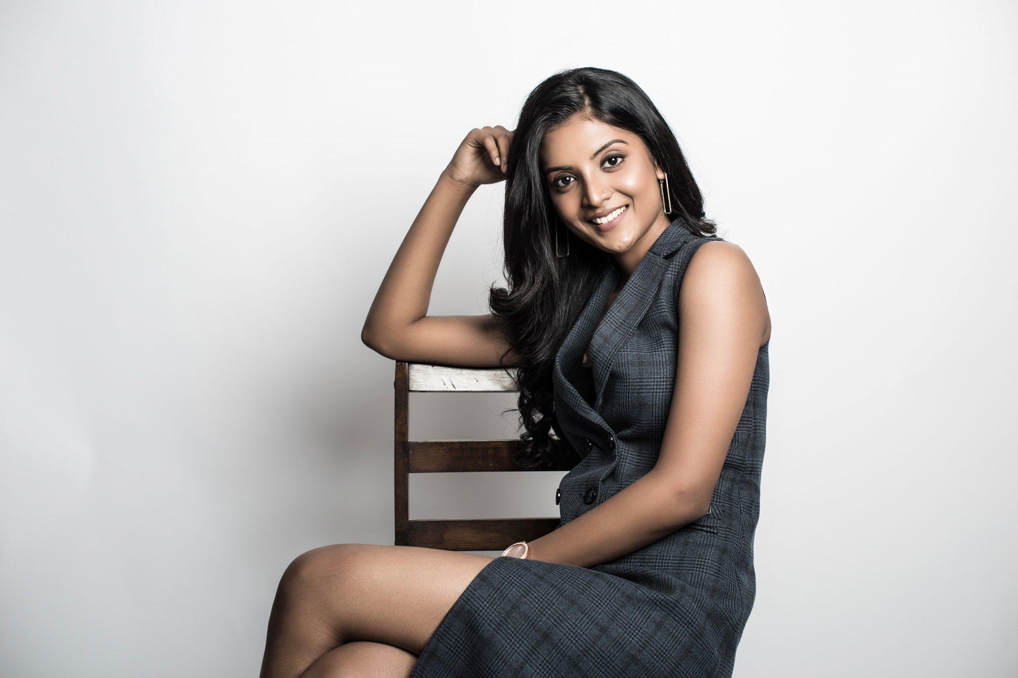 Tamil Actress Nivedhithaa Sathish New Photos (17)