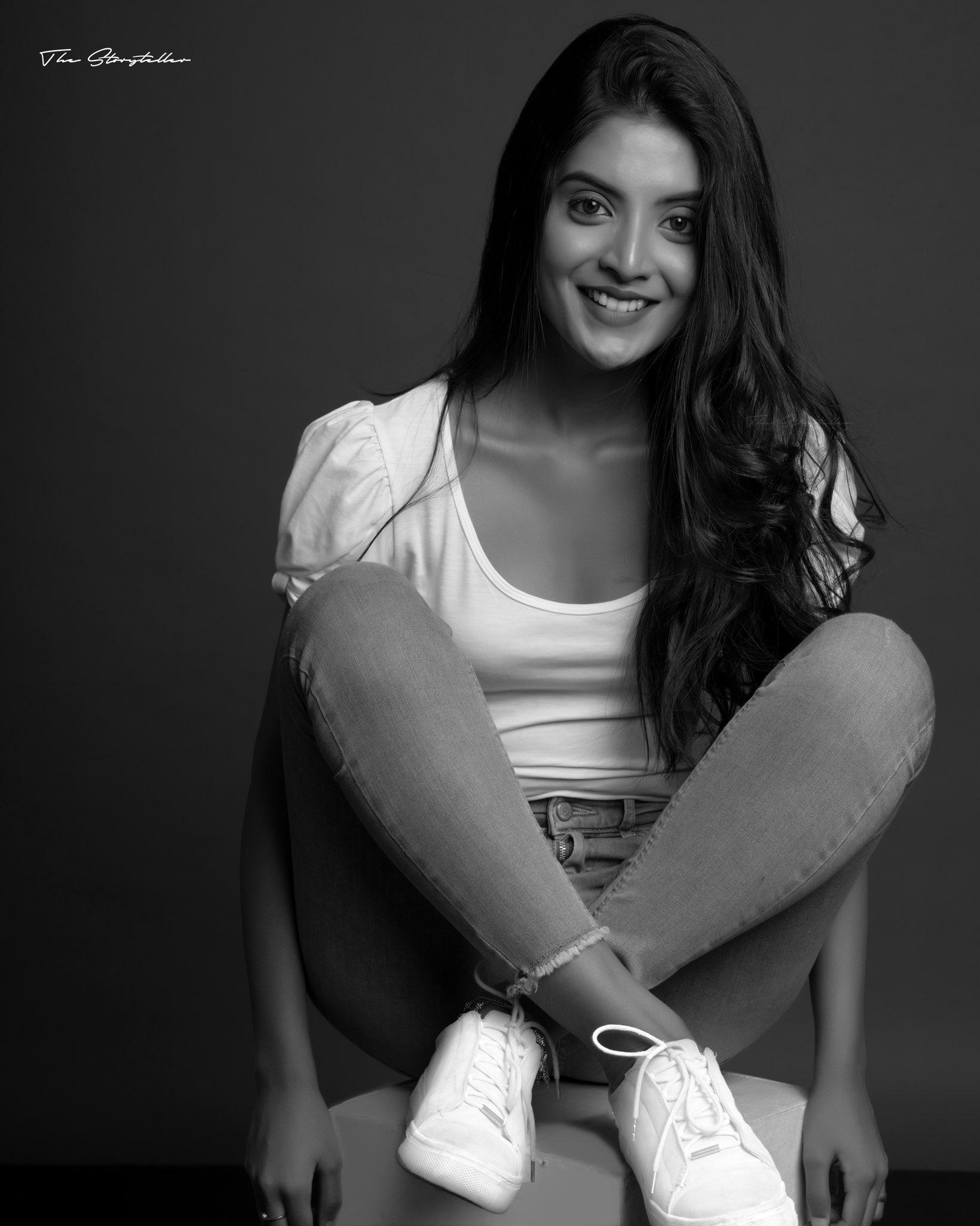 Tamil Actress Nivedhithaa Sathish New Photos (3)