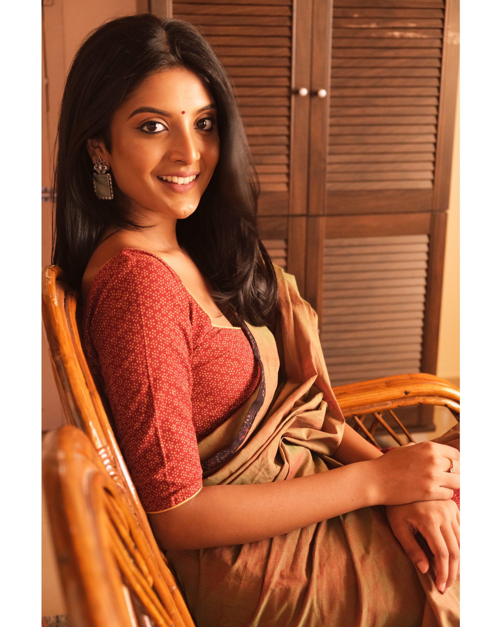 Tamil Actress Nivedhithaa Sathish New Photos (8)