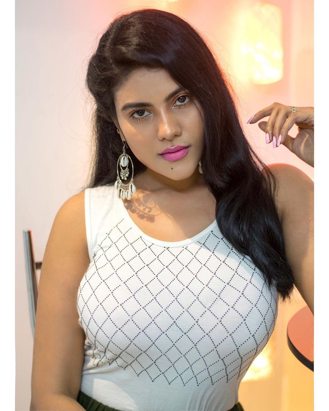 Tamil Serial Actress Nivisha Stills (3)