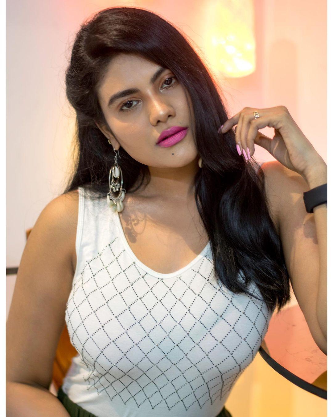 Tamil Serial Actress Nivisha Stills (4)